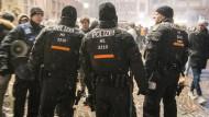 Polizisten sichern am 31. Dezember 2016 den Römerberg in Frankfurt. Wurde die Freßgass vernachlässigt?