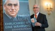"""Der ehemalige CSU-Vorsitzende Theo Waigel präsentiert sein neues Buch """"Ehrlichkeit ist eine Währung - Erinnerungen""""."""