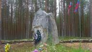 """Gedenkstein mit der Aufschrift """"Leute, tötet einander nicht"""" in Sandermoch."""
