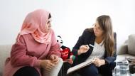 Alles freiwillig: Die Integrationsmanagerin Ileana Buhociu erklärt Badra Haddad den Zweck ihres Besuchs.