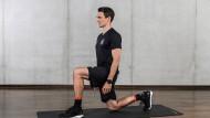 In den Kniestand, mit aufrechtem Oberkörper und dem Knie im rechten Winkel. Dehnung der rechten Seite von Hüfte, Gesäß und Oberschenkel.