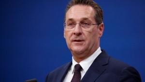 Heimliches Video bringt FPÖ-Politiker Strache in Bedrängnis