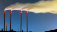 Hier wird CO2 ausgestoßen: Schornsteine eines Blockheizkraftwerks in Berlin