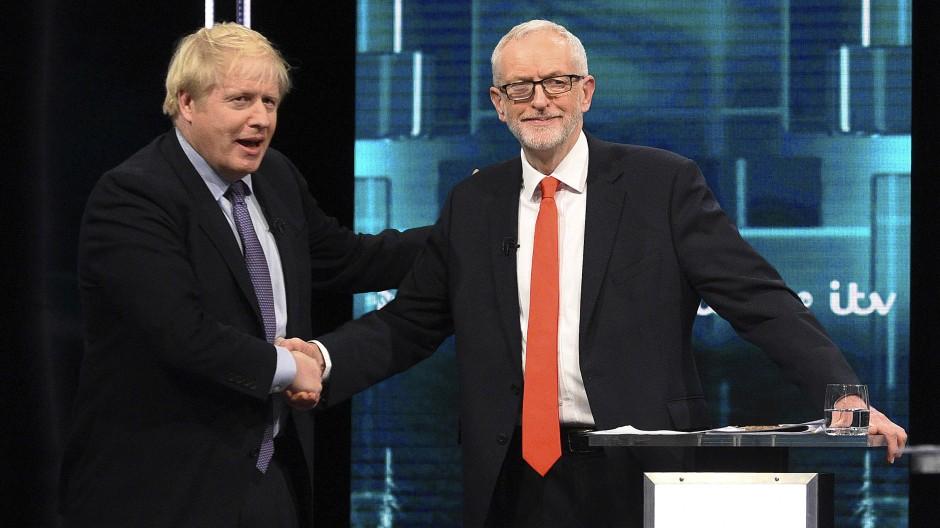 Boris Johnson (l.) gibt Jeremy Corbyn vor der Live-Übertragung die Hand.
