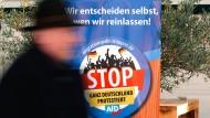 Ein Schild der AfD, das zum Stopp des Migrationspaktes auffordert, in Magdeburg im November 2018.