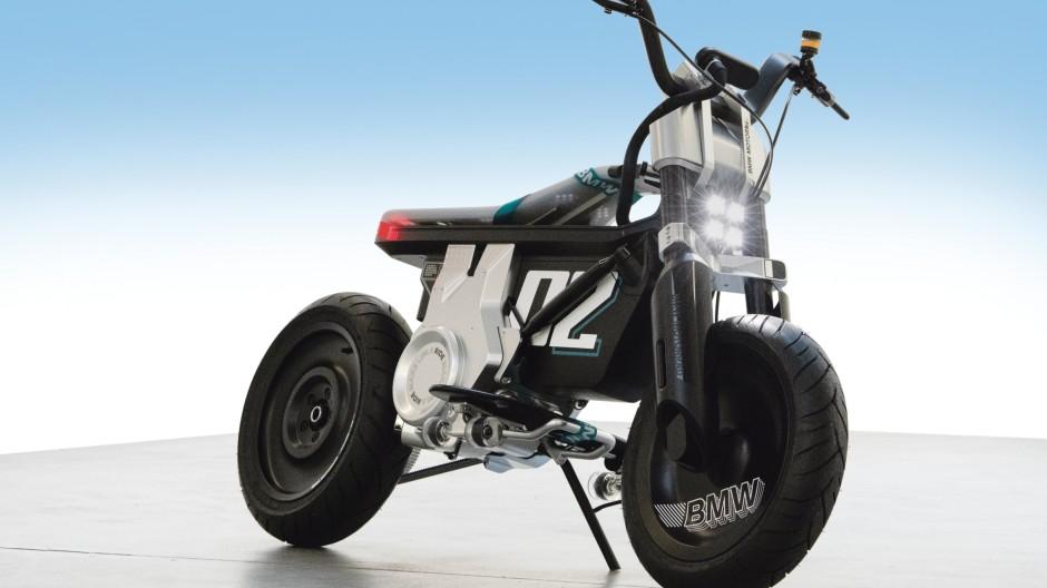 Man kann nicht genau sagen, ob es mehr Roller oder mehr Motorrad ist.