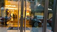 Schillernde Welt, doch das Geld für die Busfahrt zum Arbeitsplatz fehlt manchmal: Sicherheitsleute warten auf Kunden und Kaufhausdiebe. Das abgebildete Geschäft ist aber nicht Kunde der im Text beschriebenen Sicherheitsfirma.