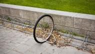 Wer war das? Wer sein Fahrrad nur am Vorderrad und mit einem schwachen Schloss sichert, macht es Dieben leicht.