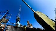"""Das Marine-Segelschulschiff """"Gorch Fock"""" liegt in einem Dock der Bredo-Werft."""