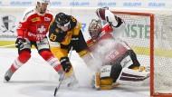 Da spritzt das Eis: Deutschlands Nationalspieler Schneeberger und der Schweizer Torhüter Mayer schenken sich nichts