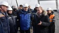 Wladimir Putin besucht eine Autobahnbaustelle auf der Krim.