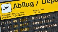 Die nächsten Abflugszeiten von Passagiermaschinen werden auf einer Tafel am Flughafen Tegel angzeigt.