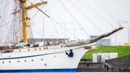 Das sanierte Marineschulschiff ·Gorch Fock· liegt nach einer vorzeitig beendeten Probefahrt an einer Kaimauer im Hafen von Wilhelmshaven.