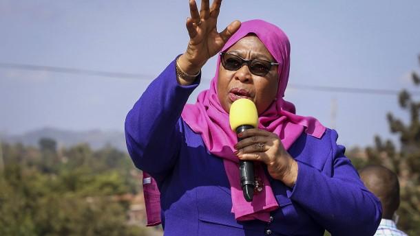 Neue Präsidentin Tansanias vereidigt