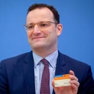 Jens Spahn (CDU), Bundesminister für Gesundheit, zeigt in der Bundespressekonferenz einen Organspendeausweis.