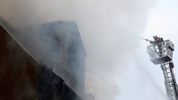 Mann bei Straßenrennen verletzt – Familie rettet sich vor Feuer