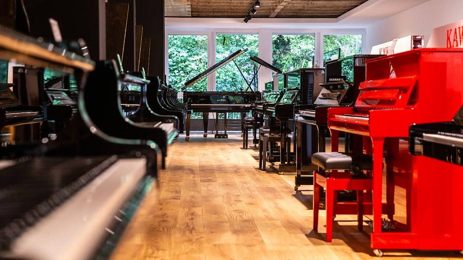 Alles im Lack: Der Verkaufsraum des Pianohauses Demmer in der Adickesallee