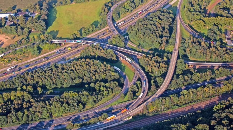 Knotenpunkte für Europas Wirtschaft: Autobahnkreuze wie jenes an der A2 bei Duisburg verbinden Güter und Menschen über den gesamten Kontinent hinweg.
