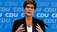Alles andere als förderlich, wenn Deutschland jetzt in eine Regierungskrise oder in einen Dauerwahlkampf gehen würde: Annegret Kramp-Karrenbauer am Montag in Berlin