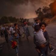 Die zum Foto des Jahres 2020 gekürte Aufnahme von Angelos Tzortzinis zeigt Kinder und Jugendliche aus dem brennenden Flüchtlingslager Moria.
