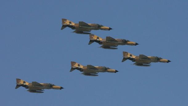 Tag der Verteidigungsindustrie: Iran stellt neuen Kampfjet vor