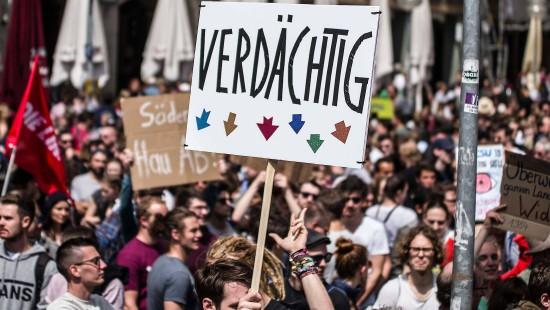 Tausende protestieren gegen schärferes Polizeigesetz