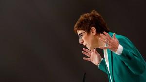 Kramp-Karrenbauer will Merkel Paroli bieten