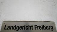 Am Landgericht Freiburg wird im Fall einer Gruppenvergewaltigung verhandelt – Verteidiger und Opferstaatsanwältin wurden bedroht.