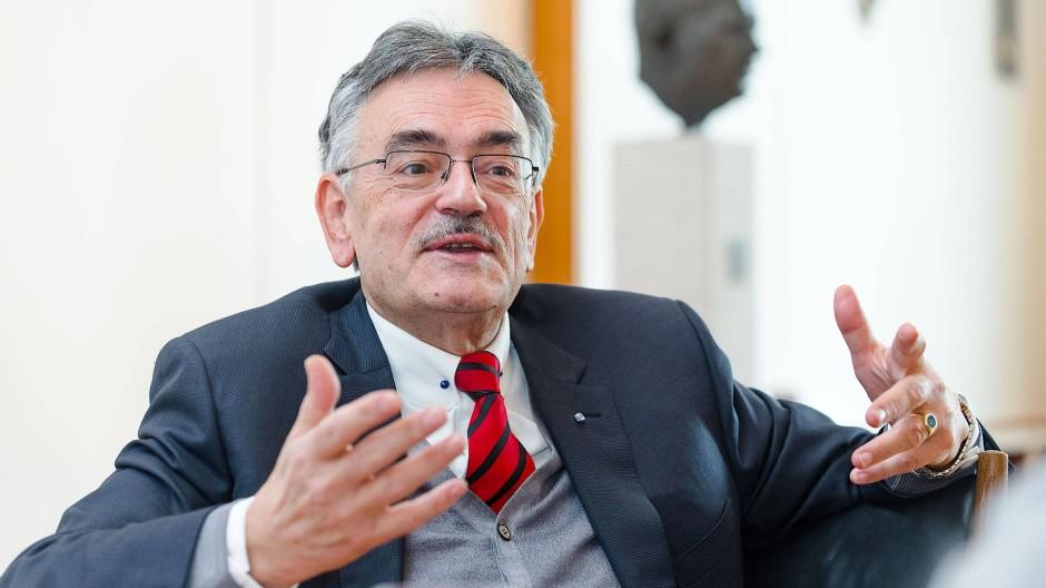 """Wolfgang Herrmann, 71 Jahre alt und seit 1995 Präsident der Technischen Universität München, weiß, was reiche Stifter mögen: """"Keiner hat Bock, etwas zu spenden, wenn er nur Bürokratengesichter zu sehen bekommt."""""""