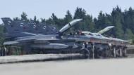 """Türkische Kampfflugzeuge vom Typ F-16 """"Fighting Falcon"""" 2013 auf der amerikanischen Luftwaffenbasis in Ramstein"""