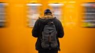 Die Zahl der Fahrgäste, die in Deutschland mit Bussen und Bahnen fahren, ist im vergangenen Jahr auf den höchsten Stand aller Zeiten gestiegen.