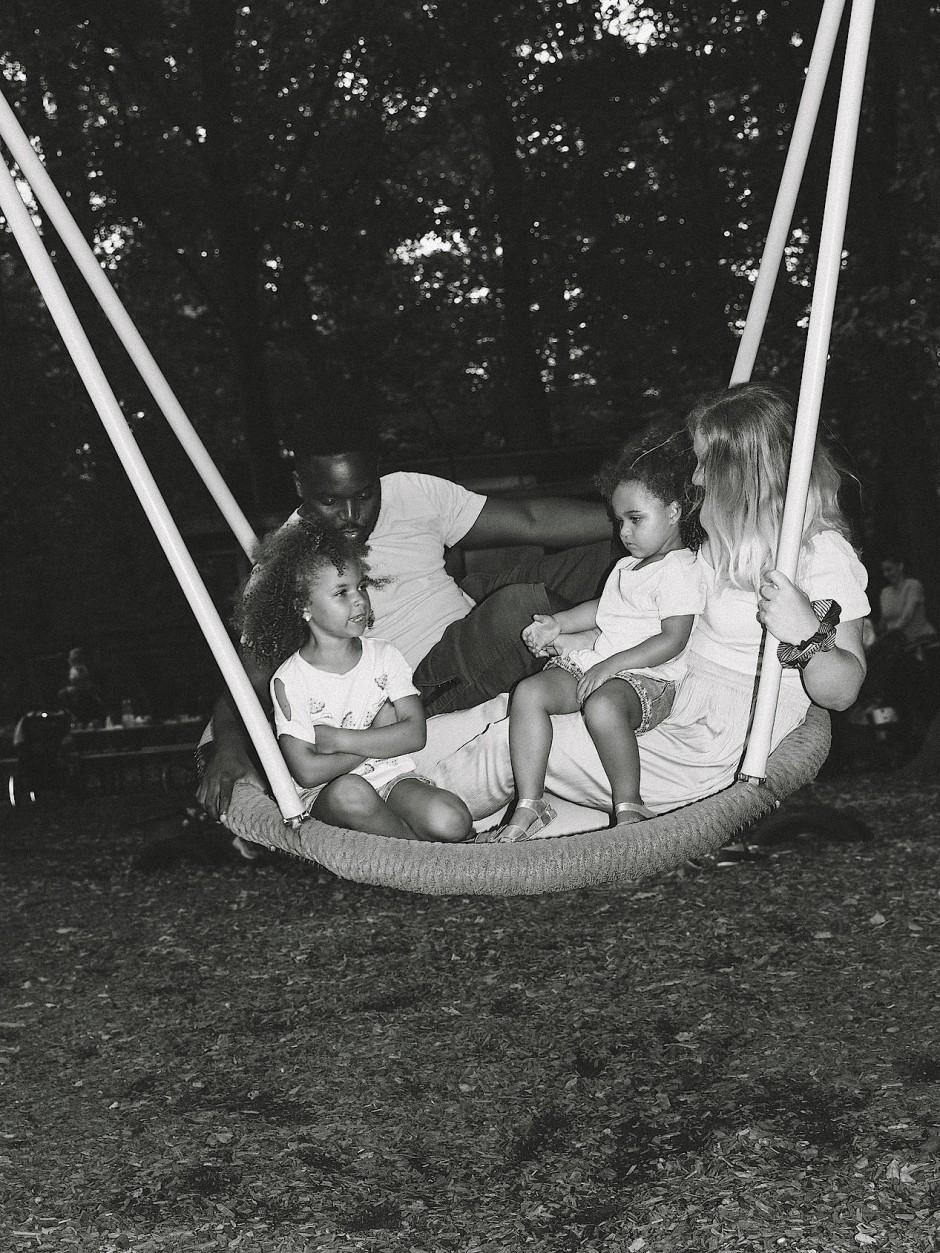 Renato, der aus Angola stammt, und Justine aus Köln mit ihren Töchtern.