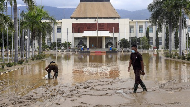 Mindestens 97 Tote nach Überschwemmungen