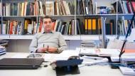 Am liebsten einen Stift in der Hand: Antonio Citterio zeichnet nicht nur in seinem Mailänder Studio ständig an neuen Entwürfen.