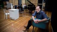 Los Angeles, New York, Nordend: Theo Lebow auf der Probebühne der Oper Frankfurt