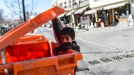 Ein Kind aus Aleppo durchsucht eine Mülltonne in der türkischen Stadt Gaziantep.