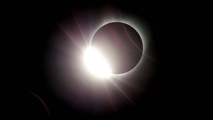 Der Mond verdeckt in der Nähe von Salem im Staat Oregon fast vollständig die Sonne.