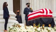 Der Sarg der verstorbenen Supreme Court Richterin Ruth Bader Ginsburg vor dem Gerichtsgebäude