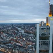 Blick auf den Commerzbank-Tower. Chefvolkswirt Jörg Krämer sieht die Situation der Kapitalmärkte für das kommende Jahr im Banne der Politik.