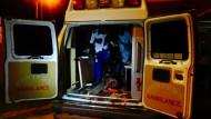 Nigerianische Rettungskräfte kümmern sich um die vielen Verletzten.