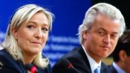 Die Vorsitzende des rechtsextremen französischen Front National Marine Le Pen und der niederländische PVV-Chef Geert Wilders im EU-Parlament in Brüssel