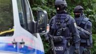 Schwer bewaffnete Polizisten suchen am Sonntag in Chemnitz nach Jaber Albakr