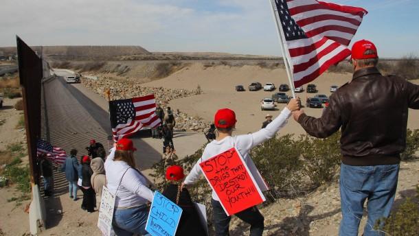 Befürworter für Mauer bilden Menschenkette