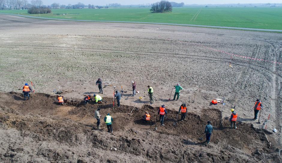 In einem Acker auf der Ostseeinsel Rügen sind Archäologen auf den wertvollen Silberschatz aus dem späten 10. Jahrhundert gestoßen.