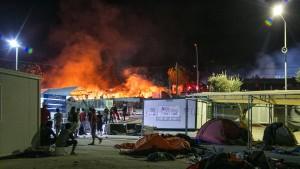 Tausende Flüchtlinge aus brennendem Lager geflohen