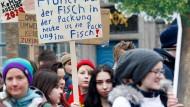 """""""Fridays for Future"""": Schüler gehen für den Klimaschutz auf die Straße."""