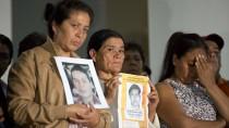 Eltern der vermissten Studenten halten in Mexico-Stadt Bilder ihrer Kinder in die Kameras der Journalisten