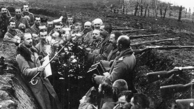 An der Ostfront: Friedrich-Wilhelm von Wedel beim dirigieren (links im Bild)