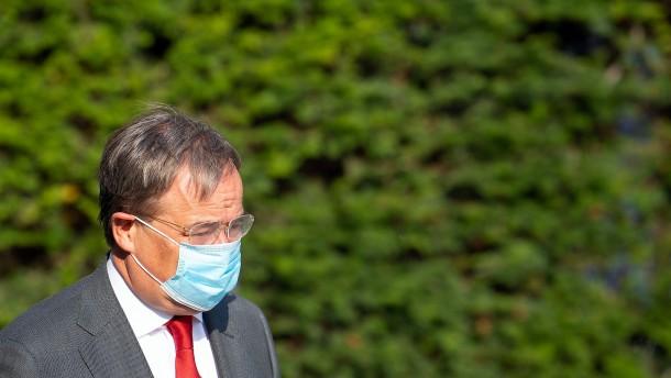 Laschet verteidigt Maskenpflicht im Unterricht