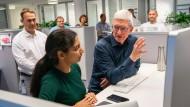 Apple-Chef Tim Cook im Gespräch mit einer Entwicklerin im Design-Zentrum in München